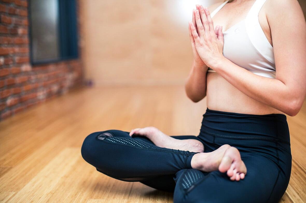 Una mujer sin problemas de peso en el yoga: La calculadora de IMC para mujeres ayuda..