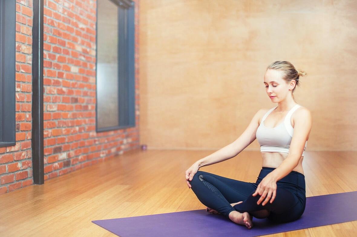 Kobieta bez problemów z wagą w jodze. Kalkulator BMI dla kobiety pomaga monitorować wagę.